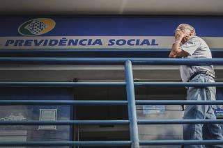 Idoso aguarda atendimento em agência da Previdência Social