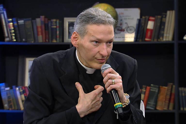 O padre Marcelo Rossi em entrevista a Mariana Godoy