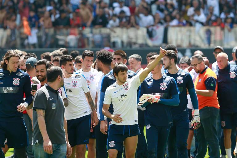 ... Jogadores do Corinthians agradecem presença dos torcedores no último  treino do time antes de confronto com fe8d197f5955d