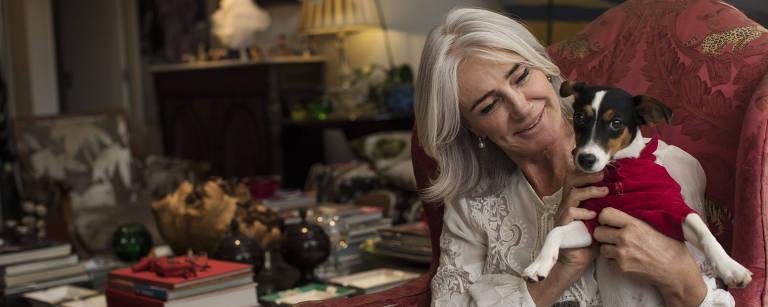 Sao Paulo, SP, BRASIL, 27-10-2017: ***Especial Sem Idade***Pessoas que subvertem os estigmas e estereotipos dos 50, 60,70 ou 80 anos seja pelo vies da moda ou do comportamento, sem disfarcar ou esconder sua idade real. Socialite Teresa Fittipaldi,59, brinca com seus cabelos brancos naturais (sem tingimento) durante entrevista em seu apartamento no Jardins (Foto: Eduardo Knapp/Folhapress, ESPECIAIS). – Eduardo Knapp/Folhapress