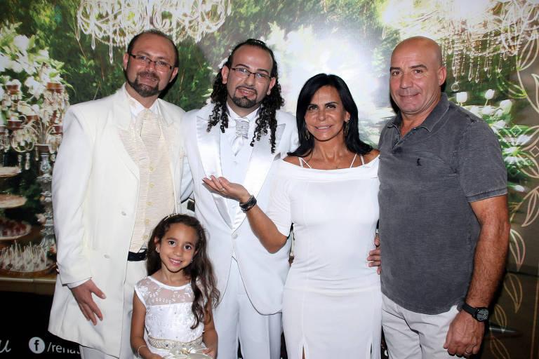 Gretchen durante cerimônia matrimonial de mais de cem casais em SP