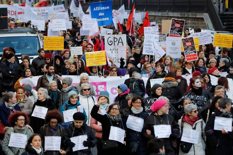 Franceses em Paris protestam no dia do Combate à Violência Contra as Mulheres