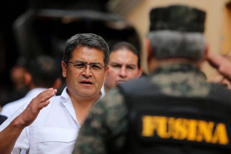 O presidente Juan Orlando Hernández cumprimenta soldado em visita a Santa Barbara, a 220 km de Tegucigalpa