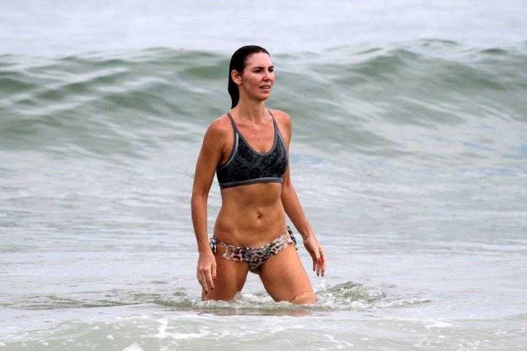 A apresentadora Glenda Kozlowski na praia do Leblon, no Rio