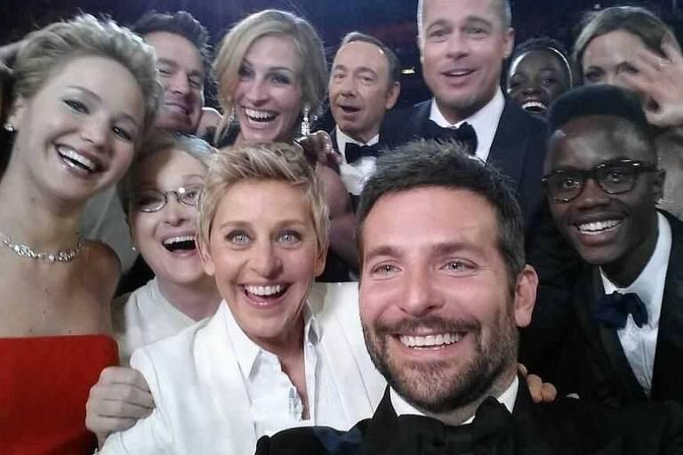 Ellen DeGeneres posta selfie tirada por Bradley Cooper durante premiação do Oscar