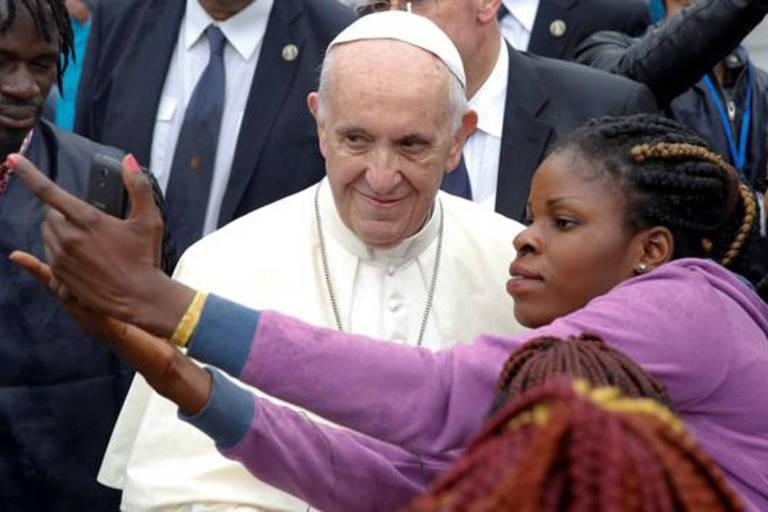 Os fiéis não deixam de pedir uma selfie ao papa Francisco quando conseguem chegar perto do pontífice