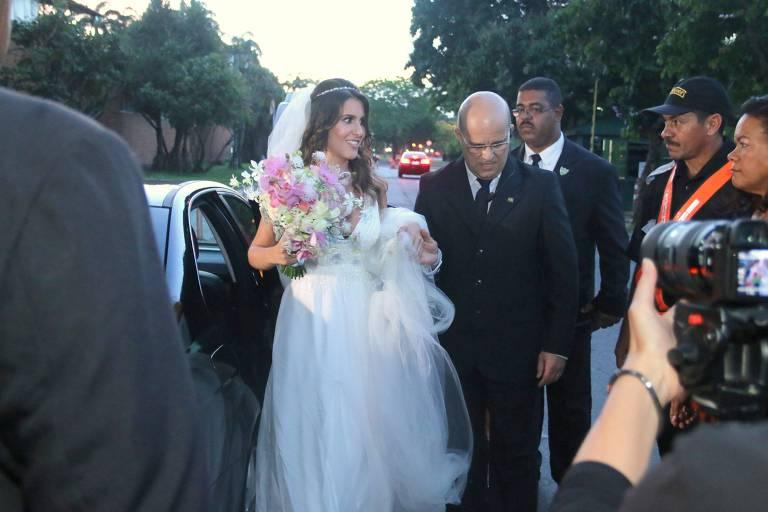 Nataly Mega chega no MAM (Museu de Arte Moderna) para se casar com Fábio Porchat