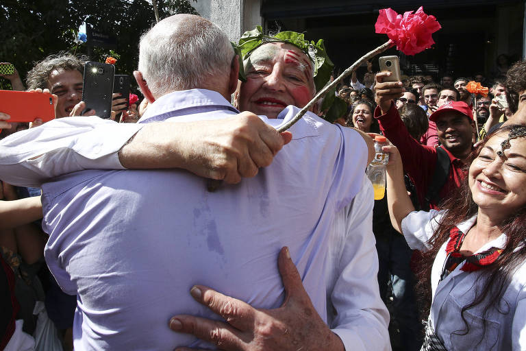 Zé Celso abraça Eduardo Suplicy durante ato no Teatro Oficina