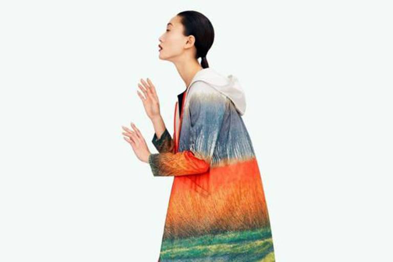 A estilista espanhola Sybilla colaborou com a Ecoalf criando uma coleção de roupas coloridas feitas com tecido reciclado de redes de pesca