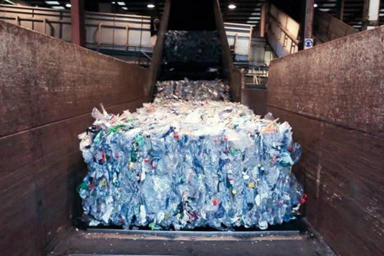 O projeto da Ecoalf revoluciona a produção de roupas: o lixo do oceano é purificado e transformado em pellets que viram fios para a costura de roupas