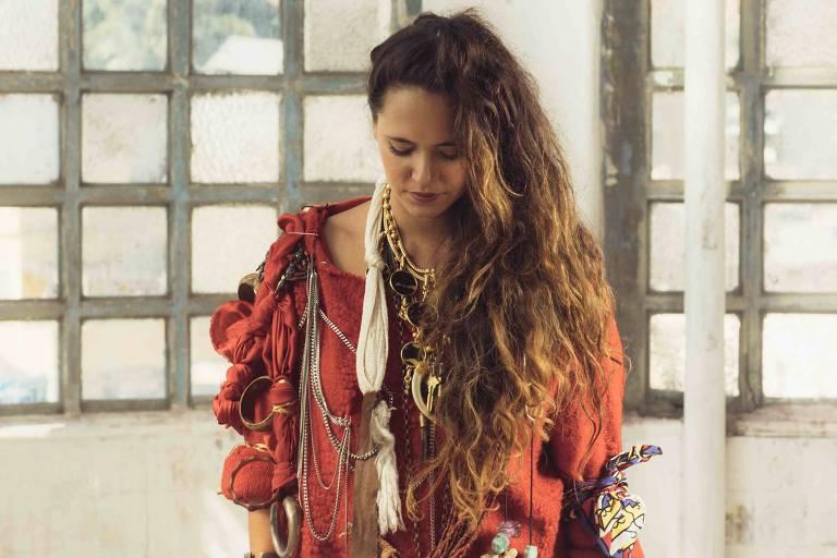 A cantora Tiê lança disco em show no Teatro Porto Seguro