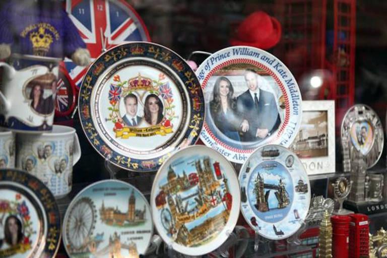 Para o mercado de suvenires, um casamento real é muito bem-vindo
