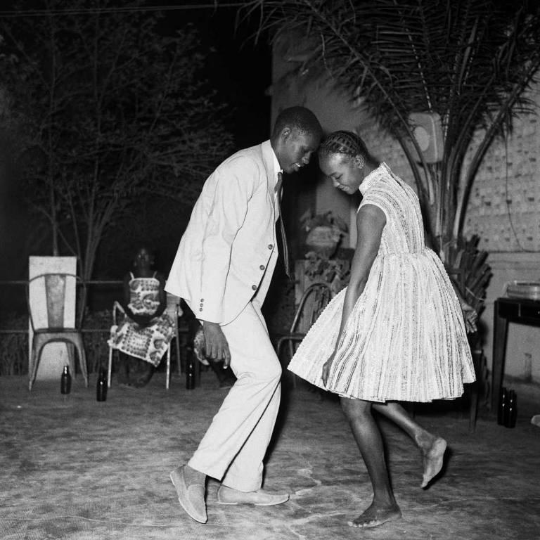 """Foto """"Nuit de Nöel 1963"""" (noite de Natal), com um irmão e uma irmã (e não um casal, como muitos assumem) dançando testa com testa; exibida na mostra """"Malick Sidibé, Mali Twist"""" até 25 de fevereiro na Fundação Cartier, em Paris"""