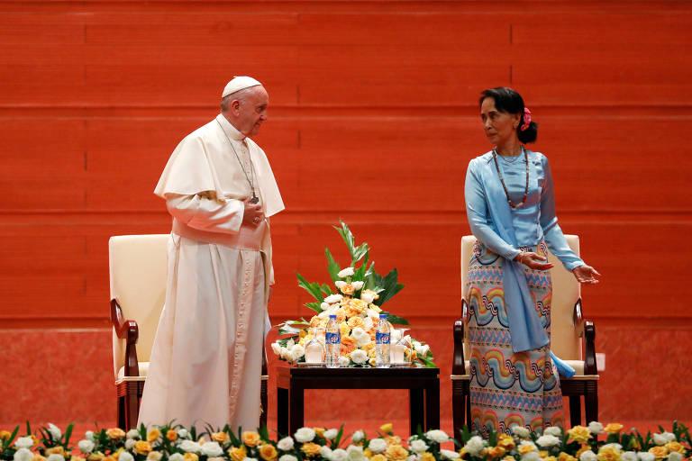 O papa Francisco (esq.) e a l�der de Mianmar, Aung San Suu Kyi, antes de discursarem