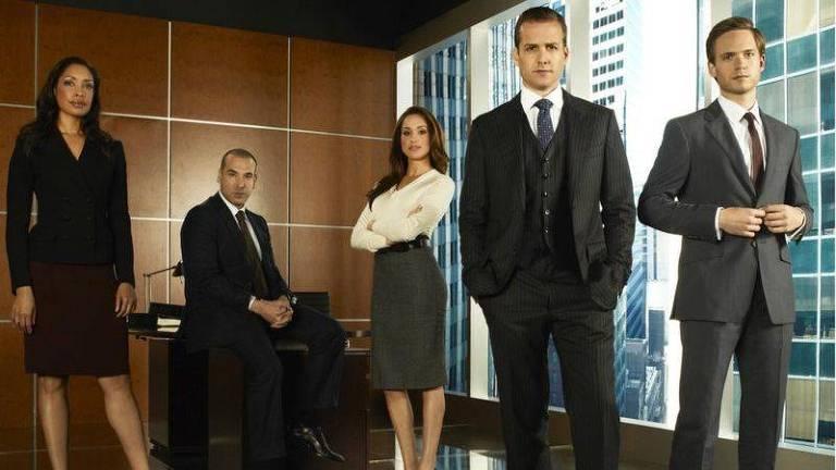 """Meghan (de branco) vive a estudante de direito Rachel Zane na série """"Suits"""""""