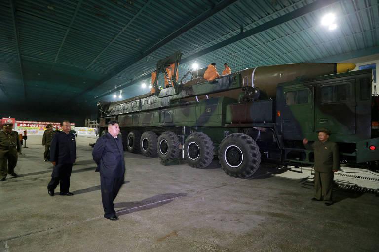O ditador norte-coreano Kim Jong-un inspeciona o míssil intercontinental Hwasong-14 em 2017
