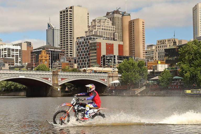 O piloto australiano de motocross Robbie Maddison passa com a sua motocicleta pelo rio Yarra, em Melbourne