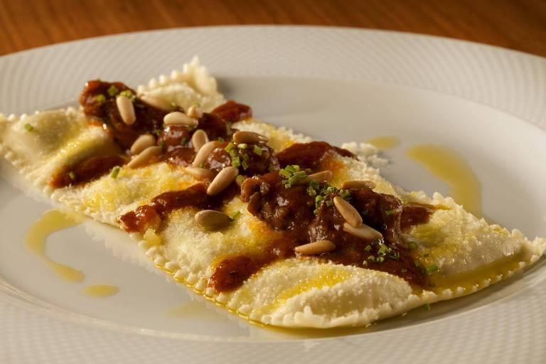 Tortelli al basilico e sugo genovesi –massa fresca recheada com manjericão e queijo de cabra ao ragu de carne genovês– servido no Mondo