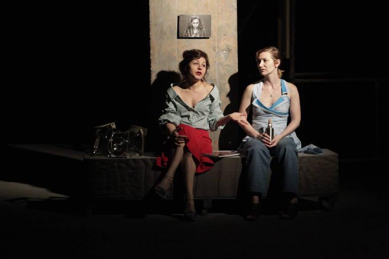"""Maria Fanchin (esq) e Mariana Leme (dir) no espetáculo """"Pequenas Certezas"""", no Centro Cultural São Paulo"""