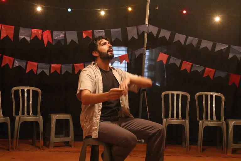 """Caio Franzolin durante espetáculo """"Enquanto Chão"""", no Sesc Ipiranga"""