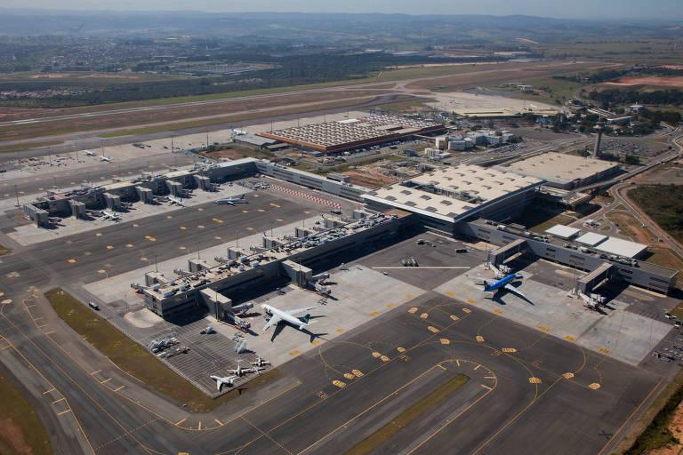 aeroporto visto de cima, com aviões estacionados