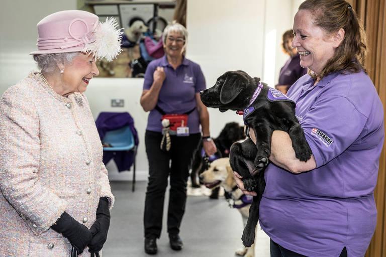 Rainha visita instituição no Reino Unido