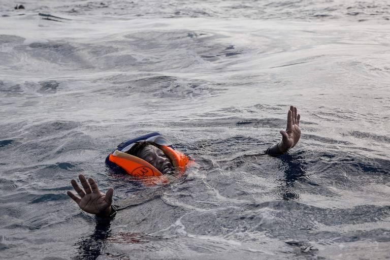 Imigrante africano tenta embarcar em navio de resgate após barco naufragar no mar Mediterrâneo) ORG XMIT: XAC102