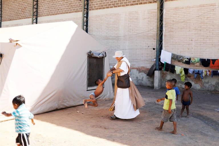 Missionário da ONG Fraternidade brinca com criança warao em abrigo para imigrantes em Pacaraima) ORG XMIT: XAC102