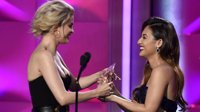 """Selena Gomez recebeu o prêmio """"Mulher do Ano"""" da Billboard das mãos da amiga Francia Raisa, que lhe doou um rim no começo do ano"""