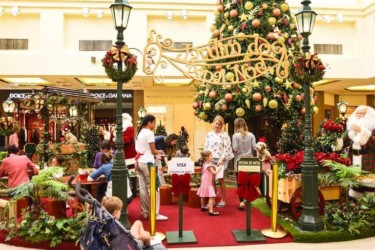 espaço com decoração de natal com pessoas e crianças
