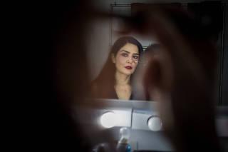 A atriz  Letícia Sabatella no camarim do teatro do Sesc Santo Amaro, em São Paulo