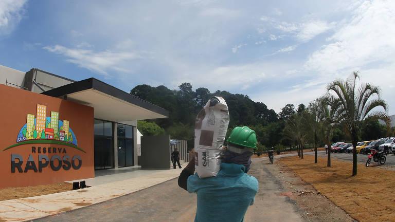 Fachada do Reserva Raposo, mega-condomínio às margens da rodovia Raposo Tavares, para mais de 60 mil pessoas