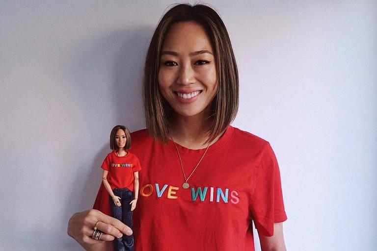 A blogueira Aimee Song com a sua Barbie