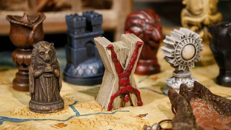 Acessórios são exibidos na filmagem da série de televisão Game of Thrones em Belfast
