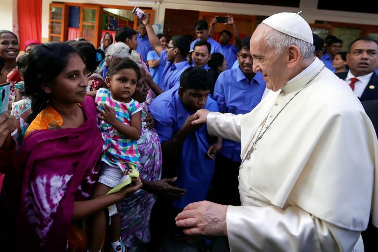 Para Francisco encontra mulheres e crianças de abrigo fundado por Madre Teresa nos anos 1970
