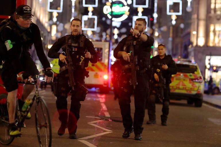 Policiais fortemente armados cercam região da Oxford Circus, em Londres, após alarme falso de ataque