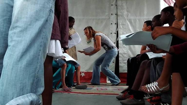 Neusa Thomasini deixou os palcos tradicionais para se dedicar a performances em periferias pobres, habitadas por imigrantes