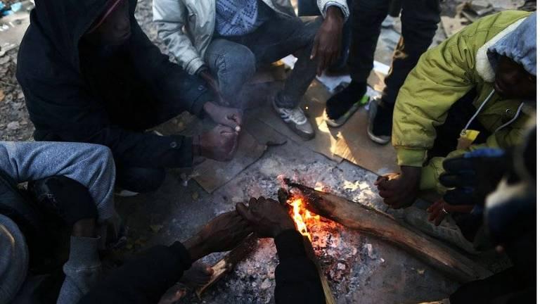 Migrantes na França; muitas periferias do país são assoladas pela pobreza e a violência