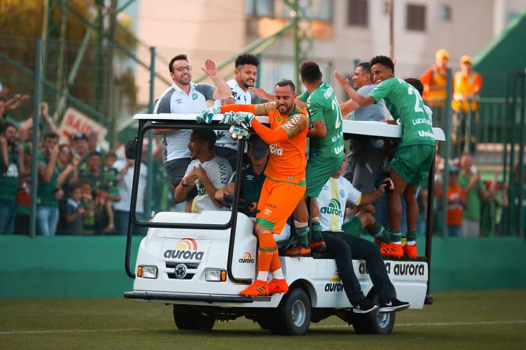 Jogadores da Chapecoense comemoram vitória contra Coritiba e o acesso à Libertadores