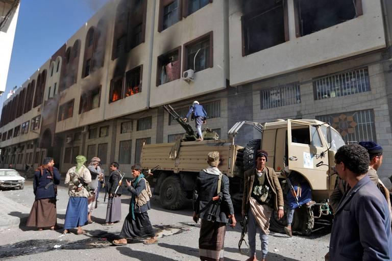 Rebeldes do lado de fora da casa do ex-presidente Saleh, em Sanaa, no I�men