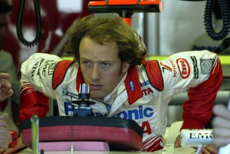 O piloto brasileiro Cristiano da Matta deixa sua Toyota após treinos de classificação para o Grande Prêmio dos Estados Unidos de 2004