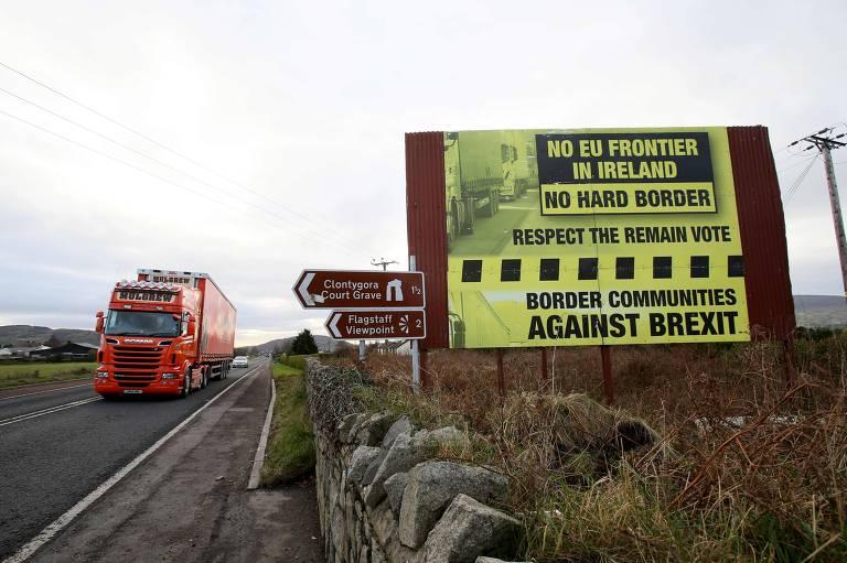 """Cartaz contra o brexit diz não à """"fronteira dura"""", na fronteira entre Newry, na Irlanda do Norte, e Dundalk, na Irlanda"""