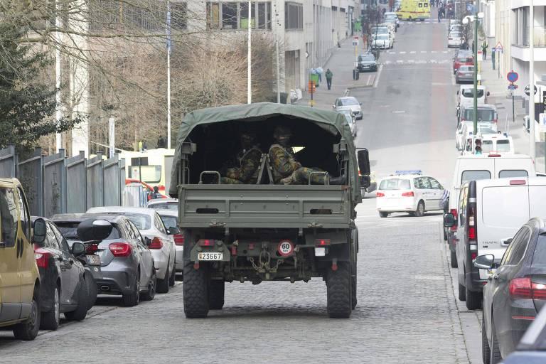 Caminhão militar leva soldados em Bruxelas, na Bélgica, após ameaça de ataque terrorista