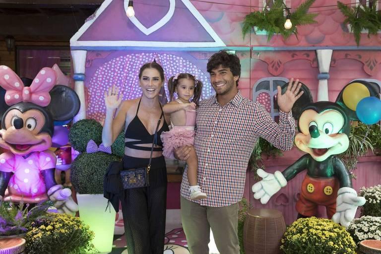 Maria Flor, filha de Deborah Secco e Hugo Moura, comemora dois anos