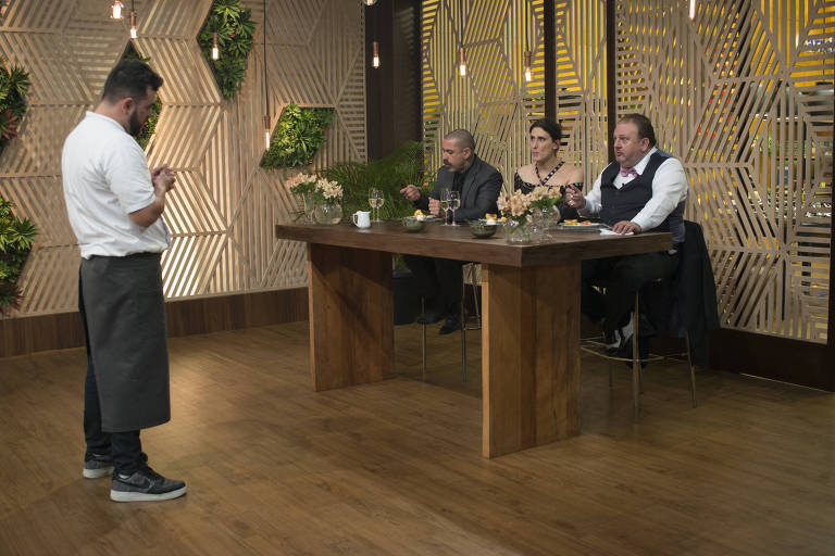 MasterChef Profissionais - Episódio 05/12  - Jurados experimentam as sobremesas de Pablo.