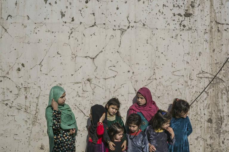 Meena, 11, (à esq.) brinca com outras seis crianças que são filhas de detentas da prisão provincial de Nangarhar, no Afeganistão