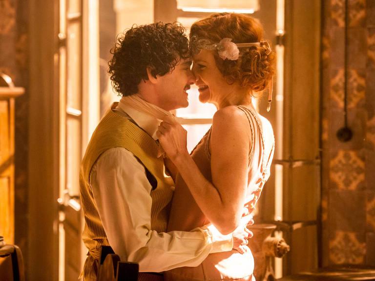 """Gilberte (Maria Eduarda Carvalho) e Giuseppe (Guilherme Prates) se beijam em """"Tempo de Amar"""""""