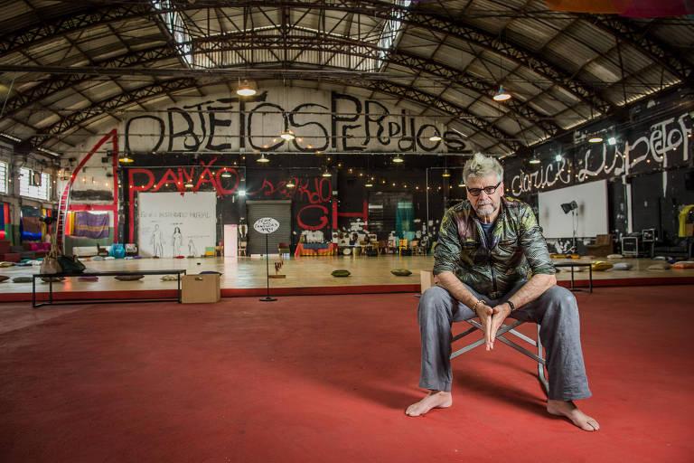 O diretor Luiz Fernando Carvalho no galpão da Vila Leopoldina