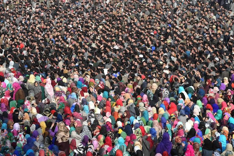 Aldeões da Caxemira gritam slogans pró-independência durante uma procissão de funeral para um militante no Yawar Bashir na aldeia de Hablish, no sul de Caxemira