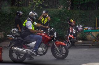 Motociclista durante serviço ilegal de mototáxi na região do terminal Grajaú, em São Paulo
